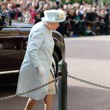 Zur Feier des Tages erstrahlt die Queen in einem hellblauen Ensemble. Die Perlenknöpfe ihres Mantels sind besonders schick.