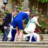 Uups! Blumenkind Louis de Givenchy wird vom stürmischen Wetter in Windsor fast weggeweht und stolpert.