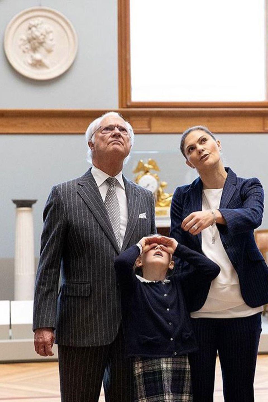 12. Oktober 2018  Kinder wissen sich zu helfen: Während König Carl Gustafund Prinzessin Victoria über die Kunstwerke sinnieren, setzt Prinzessin Estelle ihrimaginäres Fernglas auf.