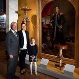 12. Oktober 2018  Mit einem niedlichen Lächeln posiert Estelle neben ihrer Mutter und ihrem Großvater vor einem Gemälde des fertigrenovierten Nationalmuseums in Stockholm.