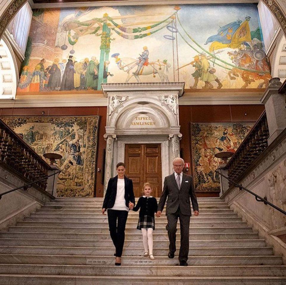 12. Oktober 2018  Prinzessin Victoria, Tochter Estelle und König Carl Gustaf betreten das frischrenovierte Nationalmuseum. Mehrere Tausend Objekte warten darauf besichtigt zu werden. Die kleine Prinzessin überrascht mit großemKunstinteresse. Ein Kulturbanause ist sie ganz sicher nicht ...