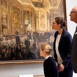 12. Oktober 2018  Die süße Estelle macht es ihrer Mutter nach: Sie schaut sich das Gemälde ganz genau an.