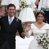 Den vielen royalen Fans an der St. George's Chapel wird von Bräutigam und Braut dankbar zugewunken.