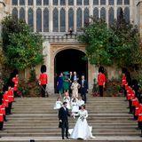 Die Queen's Guards stehen für das Brautpaar auf der Treppe der St. George's Chapel Spalier.