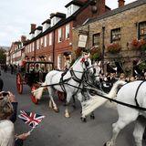 Viele hundert royale Fans säumen die Straßen von Windsor, um Prinzessin Eugenie und ihrem Jack winkend zu gratulieren.