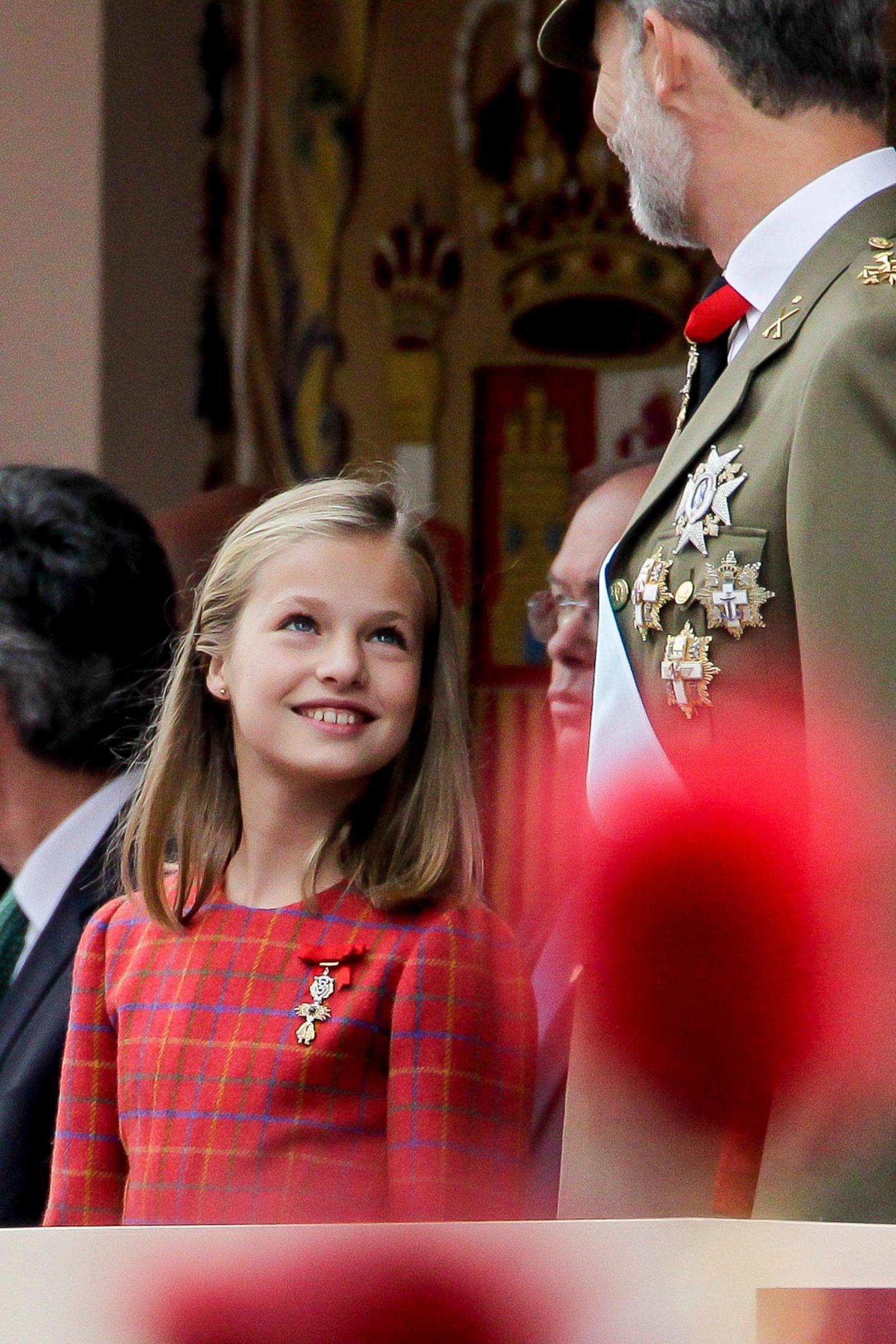 12. Oktober 2018  Das geht auch fröhlicher: Prinzessin Leonor und Papa Felipe lächeln sich während der Militärparade zu.
