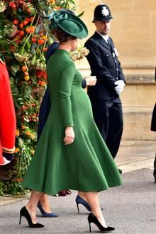 Auch der dunkelgrüne Fascinator passt perfekt zu ihrem Look. Von der Seite ist ihre riesige Kugel bestens zu erkennen, Pippa soll Mitte Oktober ihr erstes Kind zur Welt bringen, es könnte also das letzte Mal sein, dass wir sie schwanger zu sehen bekommen.