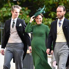 Ein lustiges Trio: Die hochschwangere Pippa Middleton erscheint zwischen Ehemann James Matthews und ihrem Bruder James Middleton zur Hochzeit von Prinzessin Eugenie. Wenige Tage vor der Geburt scheint es ihr noch gut zu gehen; sie strahlt über das ganze Gesicht.