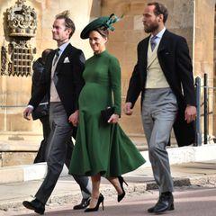 In einem dunkelgrünen Kleid von Emilia Wickstead, das ihren wachsenden Babybauch betont, schreitet sie zur Kirche. Trotz ihrer fortgeschrittenen Schwangerschaft verzichtet sie nicht auf hohe Schuhe.