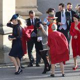 Chelsy Davy (links), die Ex-Freundin von Prinz Harry, ist auch unter den geladenen Gästen. Sie kann über die stürmischen Bedingungen nur lachen.