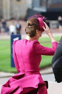 Prinzessin Eugenie & Jack Brooksbank : Ja, auch die Royals bleiben nicht verschont. Herzogin Catherine hält Kopfbedeckung und Rock fest.
