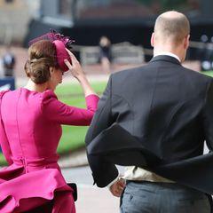 Hochzeit Prinzessin Eugenie + Jack Brooksbank: Ja, auch die Royals bleiben nicht verschont. Herzogin Catherine hält Kopfbedeckung und Rock fest.