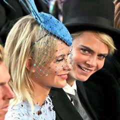 In der Kirche nehmen die Schwestern Poppy und Cara Delevingnenebeneinander Platz, um der Trauung von Prinzessin Eugenie und Jack Brooksbank beizuwohnen.  Mit Model Cara zieht Prinzessin Eugenie gerne mal um die Häuser.