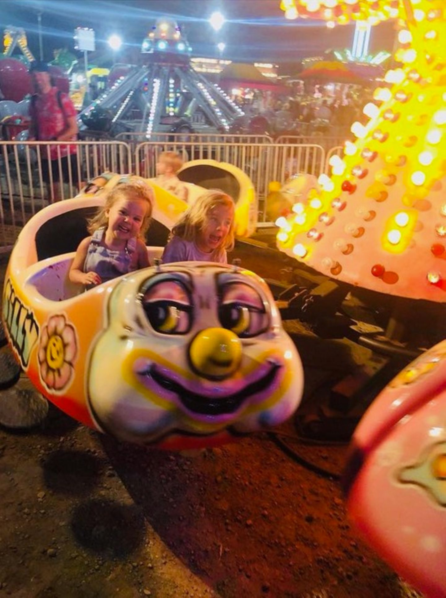 6. September 2018  BeimKarussellfahren haben die beiden Kids Otis und Daisy so richtig Spaß.