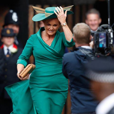 In einem engen Kleid von Emma Louise Designs mit Wickeloptik erscheint Sarah Ferguson zur Hochzeit ihrer Tochter. g