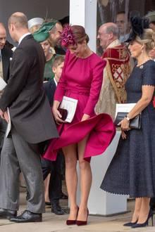 Das wäre fast schief gegangen! Herzogin Catherine schafft es gerade noch, einen Höschenblitzer zu vermeiden.