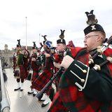 Von den Dächern des Schlosses erschallt der Sound von schottischen Dudelsackspielern über ganz Windsor.