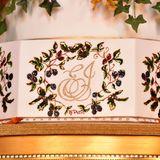 Und natürlich ist die Hochzeitstorte mit Eugenies und Jacks Initialien verziert.