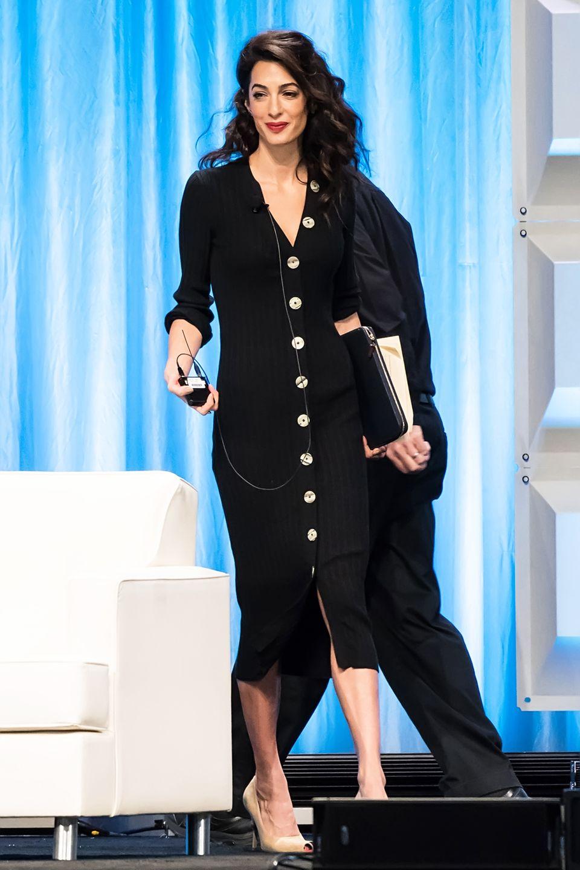 """Im Rahmen der """"Conference For Women in Philadelphia"""" nimmt Amal Clooney an einer Podiumsdiskussion teil. Dabei ging man im Vorfeld der royalen Traumhochzeit von Prinzessin Eugenie und Jack Brooksbank eigentlich davon aus, dass sie und ihr Ehemann George unter den Gästen sein werden. Schließlich war das Hollywood-Couple auch auf der Hochzeit von Prinz Harry und Meghan Markle am 19. Mai zu Gast."""