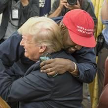 Bei einem Termin im Weißen Haus liegen sich der bekennende Trump-Wähler Kanye West und Donald Trump in den Armen.