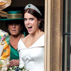 Freudestrahlend geht es für das frisch vermählte Paar nach dem Empfang zur Party ...