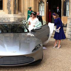 ... In einem silbernen Aston Martin machen sich Prinzessin Eugenie und Jack Brooksbank auf zur Royal Lodge im Windsor Great Park, wo sie mit ihren Gästen in die Nacht feiern werden.