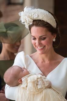Prinz Louis in den Armen seiner Mutter Herzogin Catherine