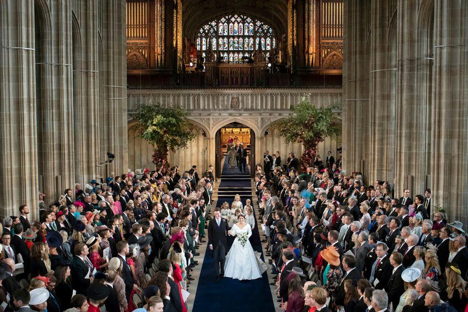 Prinzessin Eugenie und Jack Brooksbank mit ihrer Hochzeitsgesmeinschaft am 12. Oktober 2018. Die Reihen sind gerade angeordnet