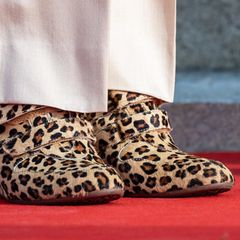 Leo-Wedges mit Klettverschluss? Was hat sich Königin Silvia bei dieser Schuhwahl bloß gedacht?