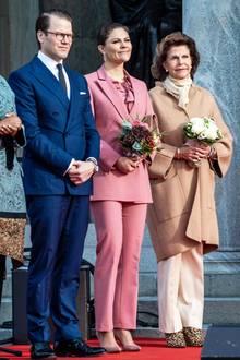 Prinzessin Victoria und Königin Silvia stellen bei der Wiedereröffnung des Nationalmuseums in Stockholm gewohnt ihr Stilbewusstsein unter Beweis. Das royale Mutter-Tochter-Gespann präsentiert sich in minimalistischen Looks. Einzig und allein Silvias Schuhe sprengen ein wenig den Rahmen ...
