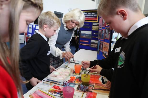 """Herzogin Camilla malt an der """"Tough Primary School"""" mit Wasserfarben."""