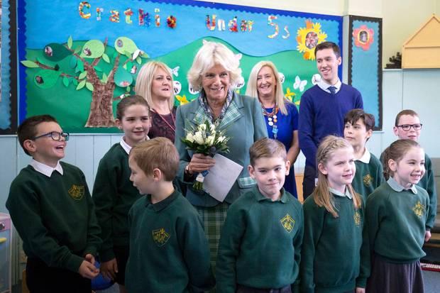 Camilla umringt von Schülern