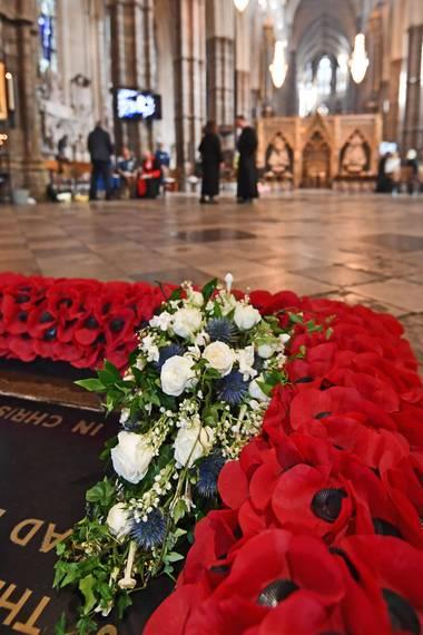 Prinzessin Eugenie folgt einer Tradition der Windsors und lässt ihren wunderschönen weiß-blauen Brautstrauß auf das Grab eines unbekannten Soldaten in Westminster Abbey legen.