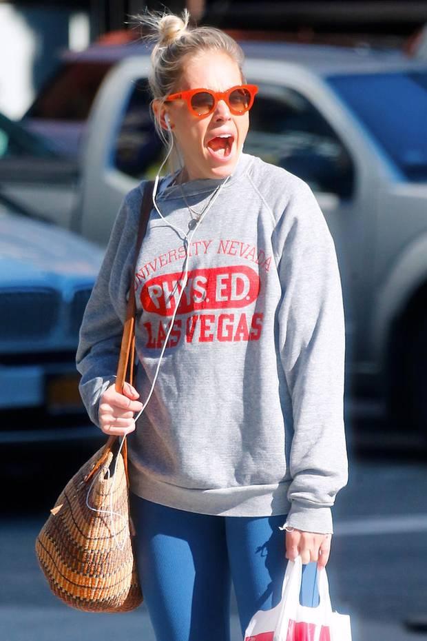 Eine müde Sienna Miller kann sich ein herzhaftes Gähnen auf offener Straße in New York nicht verkneifen.