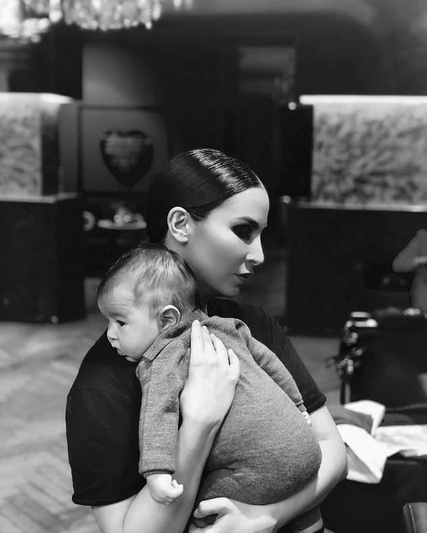 """12. Oktober 2018  Auf Instagram teilt Sila Sahin dieses schöne Schwarz-Weiß-Foto und richtet dazu die liebevollen Worte """"Trage dich bis ans Ende der Welt wenn es sein muss du bist mein Leben"""" an ihren Sohn."""