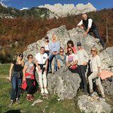 """In festem Schuhwerk wandert die Gruppe mit Hans-Reiner Schröder (Direktor BMW Berlin) zum """"Steinkreis"""" und posiert für ein schönes Gruppenfoto.  Hier im Bild:Julia Olf (BMW), Beate Hafeneder (Gruner + Jahr), Martina Buckenmaier (Riani), Simone Gastberger (Scalaria), Tina Maria Werner (lucie-p), Saskia Griesbach (Gruner + Jahr), Dr. Gerlinde Leichtfried-Dehn (AIDA), Anita Lafer (Great Lengths), Judith Dommermuth (Juvia), Hiltrud Ingenhoven (Gruner + Jahr)"""