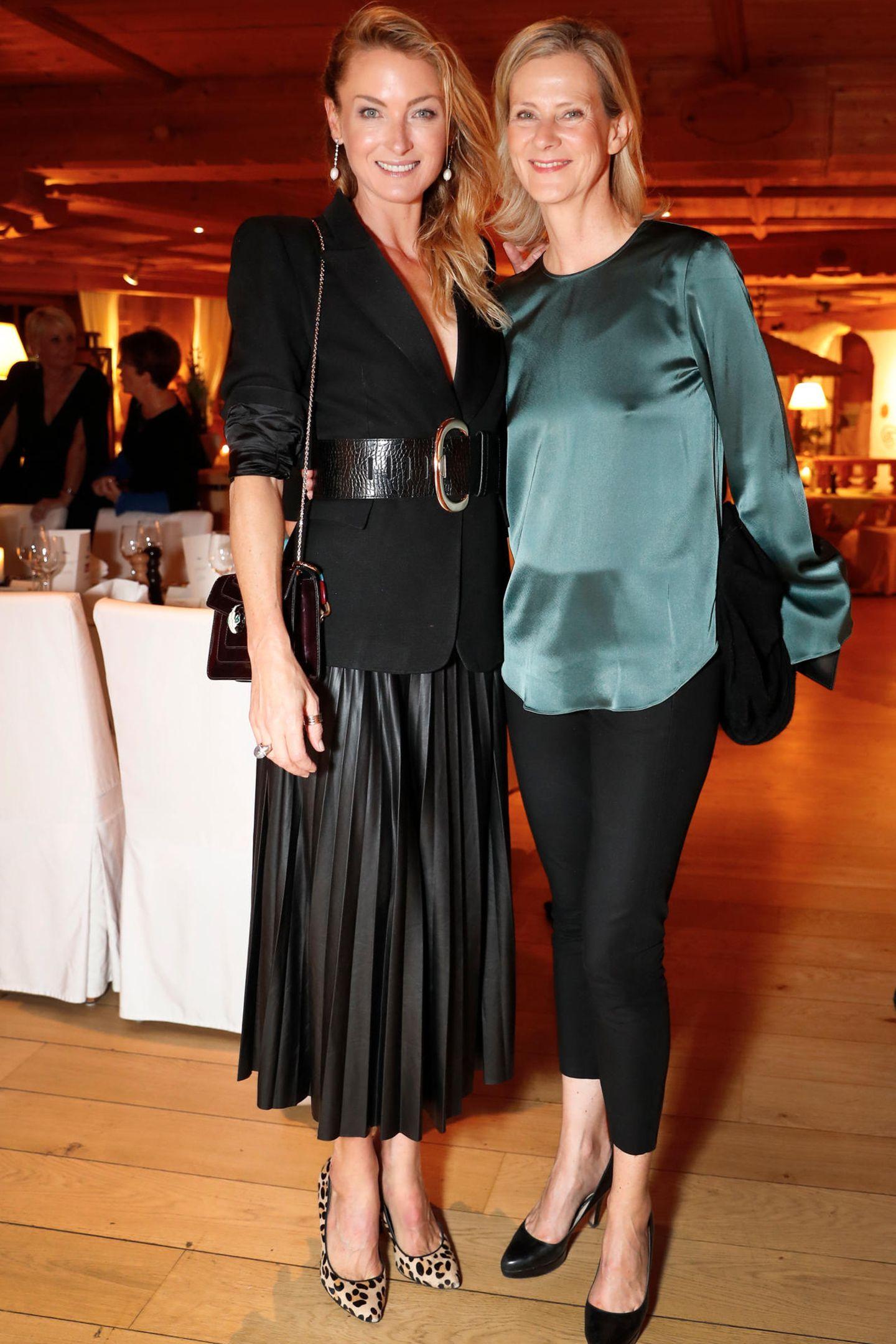 Lilly zu Sayn-Wittgenstein und Wybcke Meier (TUI Cruises) haben sich für das Dinner im Kaminbistro in Schale geworfen.