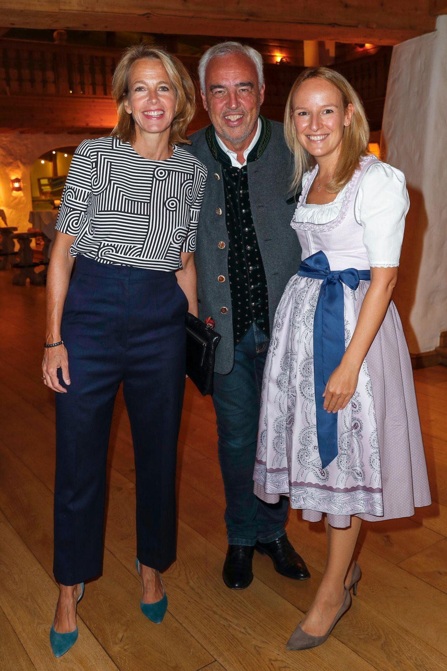 Die Gastgeber Julia Jäkel (CEO Gruner + Jahr) und Hans-Reiner Schröder (Direktor BMW Berlin) zusammen mit Maria Hauser-Lederer vom Bio- und Wellnessresort Stanglwirt.