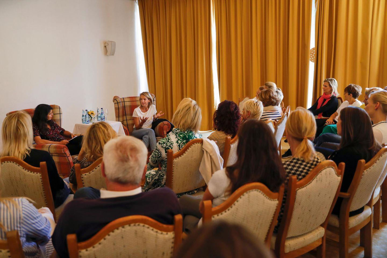 In lauschiger Atmosphäre findet eine inspirierende Talksession mit Brigitte Huber (Chefredakteurin BRIGITTE) und Julia Jäkel (CEO Gruner + Jahr) statt.