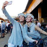 Am Samstag steht eineE-Bike-Tour auf dem Programm. Dabei lassen es sich Judith Dommermuth (Juvia) und Anne Meyer-Minnemann (Chefredakteurin GALA) nicht nehmen, noch ein paar Erinnerungsselfies zu schießen.