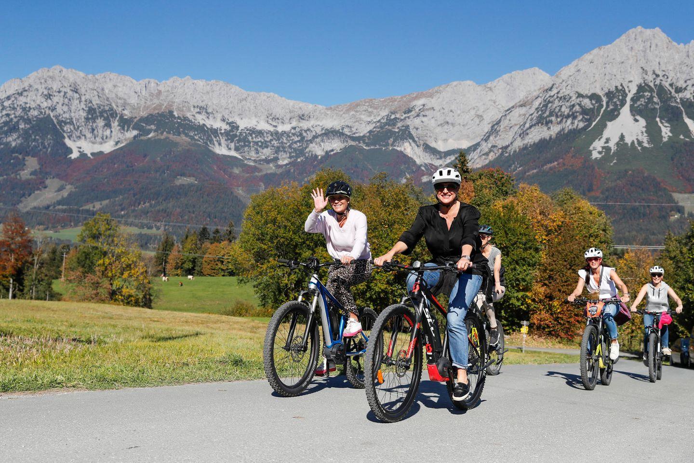 Zur großen Freude aller, spielt das Wetter an diesem Tag perfekt mit.  Vorne im Bild:Tina Maria Werner (lucie-p) und Stephanie Dettmann (UND GRETEL)