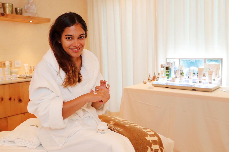 Schauspielerin Nilam Farooq genießt eine Beauty-Behandlung mit Produkten von La Mer.