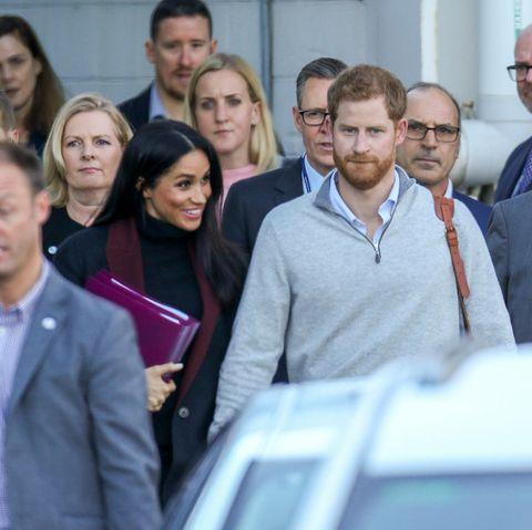 Herzogin Meghan und Prinz Harry mit ihrer Entourage am Flughafen in Sydney