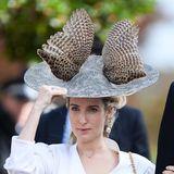 Fast blieb dieser extravagante Look unbemerkt: Prinzessin Ekaterina von Hannover zeigt sich auf der Hochzeit von Prinzessin Eugenie und ihrem Jackin einem Ensemble aus Rock und Blazer in raffiniertem Schnitt. Absoluter Hingucker ist aber ihr ausgefallener Hut.