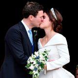 Prinzessin Eugenie und Jack Brooksbank  Gerade mal rund eine Sekunde dauertdas Küsschen der Frischvermählten Prinzessin Eugenie und Kack Brooksbank bei ihrer Hochzeit in derSt. George's Chapel. Tatsächlich befinden sich die Tochter von Prinz Andrew und ihr Angetrauter mit der Länge ihres Kusses im guten Mittelfeld.