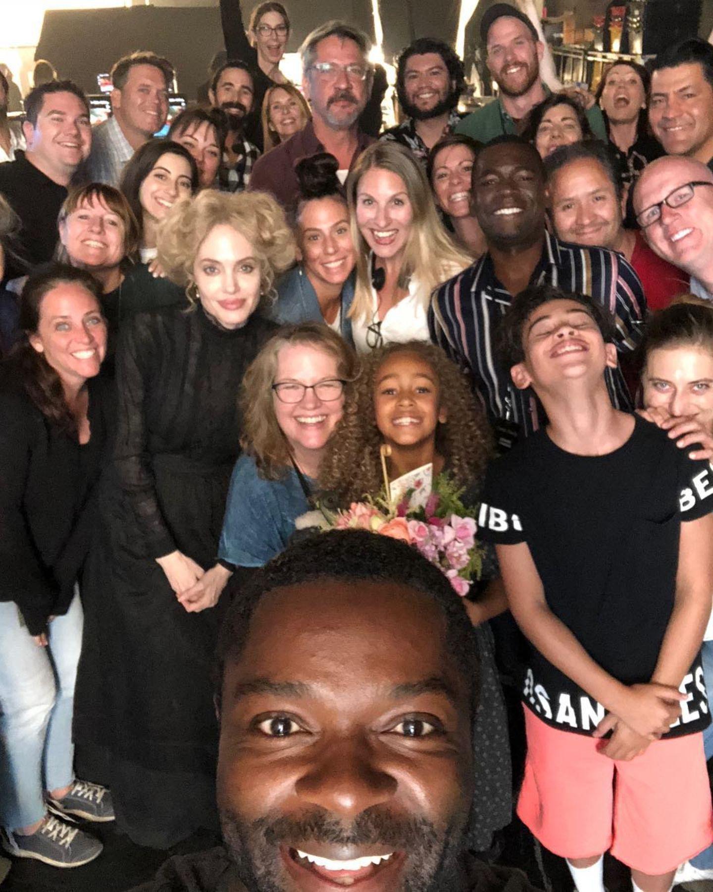 """13. Oktober 2018  Der britische Schauspieler David Doyelowo schießt vom Set des Films """"Come away"""" ein Selfie mit der Crew. Erkennen Sie den Superstar mit blonder Perücke links im Bild? Richtig, es ist Angelina Jolie, die in dem Fantasy-Film eine der Hauptrollen spielt."""