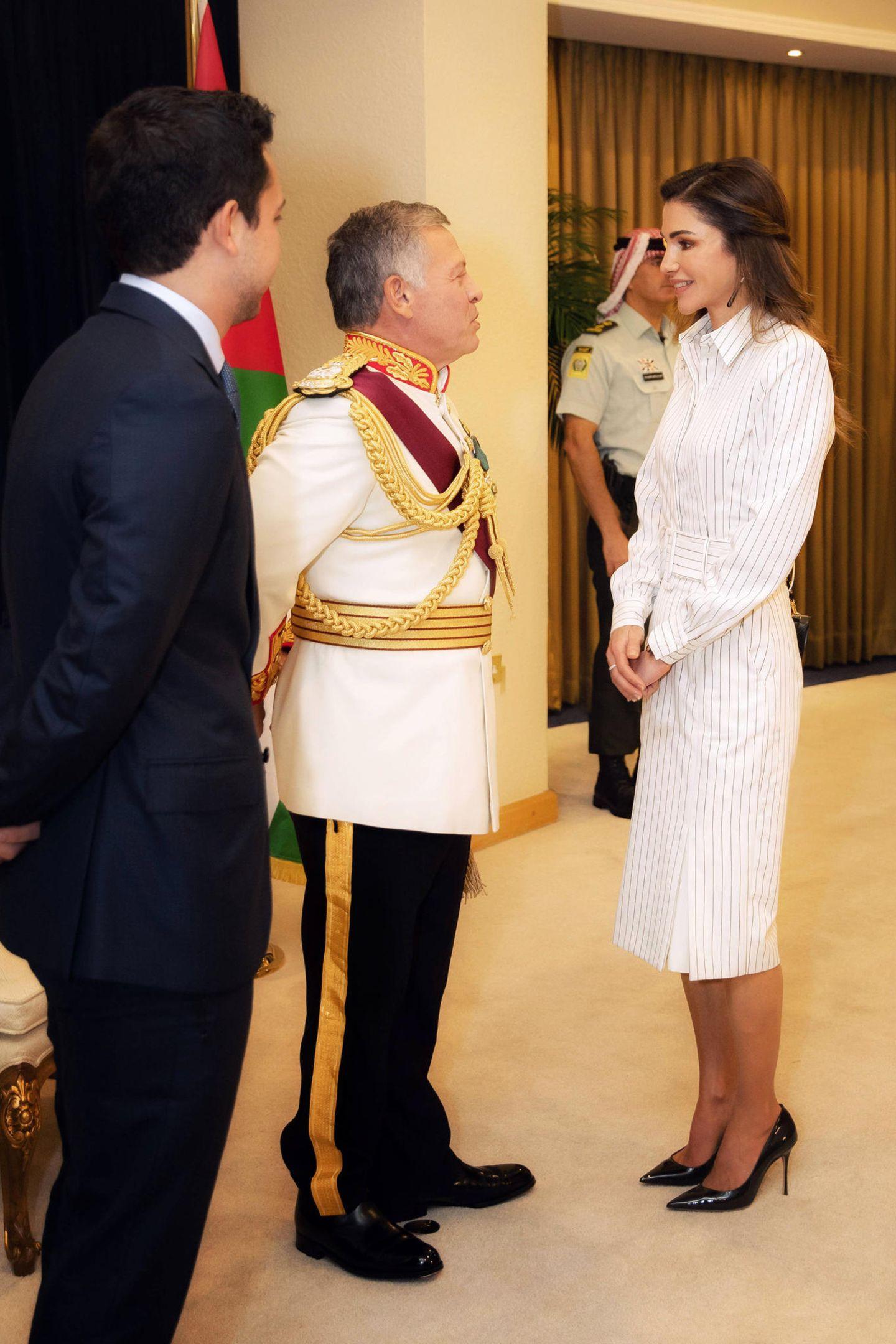 Zum hellen Kleid kombiniert Rania dunkle Accessoires, ihre Pumps stammenaus dem Hause Dior.