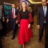 Lady in Red: Königin Rania glänzt in einem roten Midi-Rock und farblich abgestimmter Bluse bei ihrem Besuch desTRT World Forumin Istanbul.