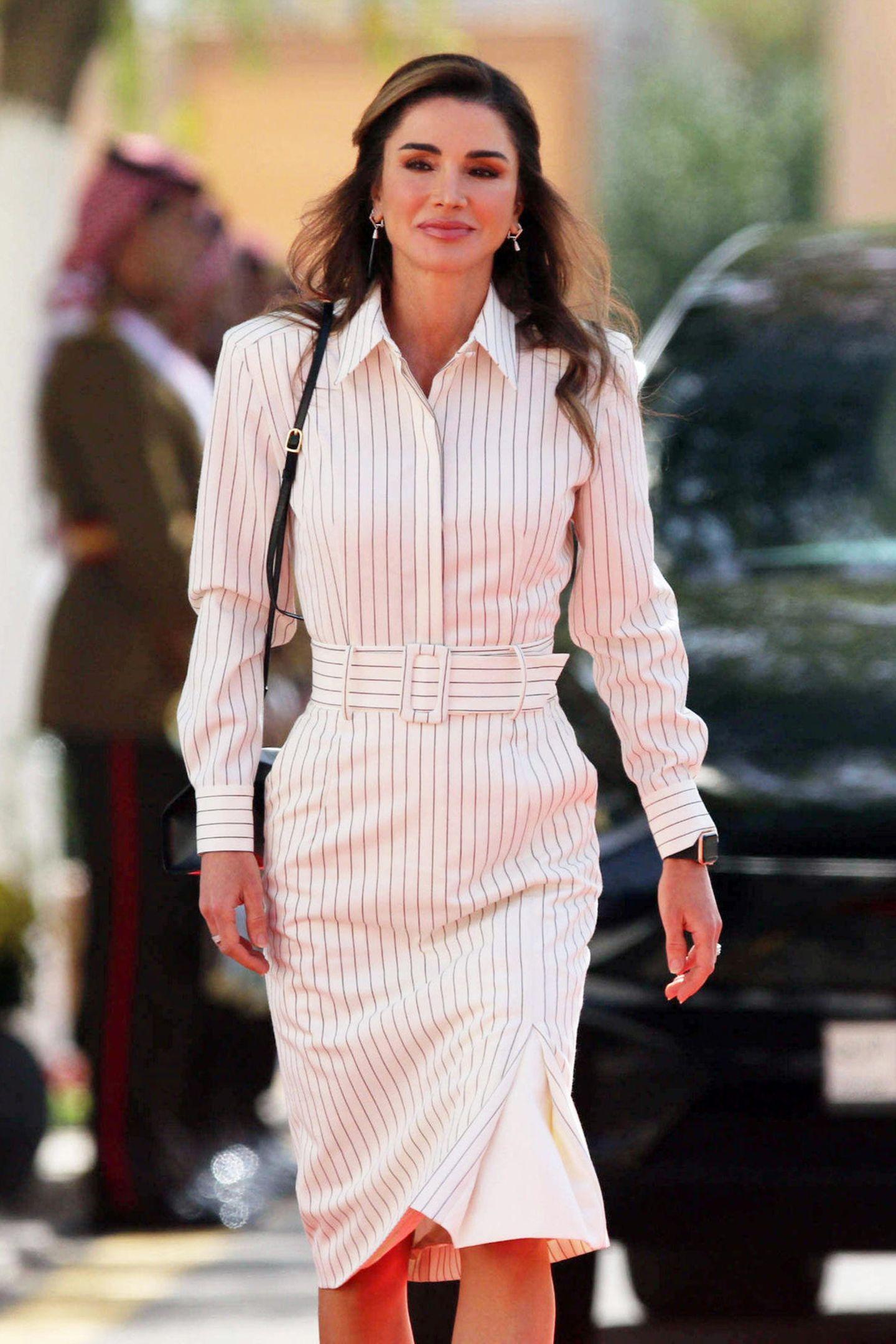 Königin Rania auf Streifzug: Bei der Eröffnung des jordanischen Parlaments in Amman zeigt Rania in einem knielangen Kleid, was sie hat. Das enge, gestreifte Hemdblusen-Kleid stammt vom Label Sara Battaglia und betont die schlanke Silhouette der Königin perfekt.
