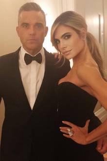 Robbie Williams posiert im Smoking und seine Frau Ayda Field im sexy, schulterfreien Kleid und zeigen sich bereit für die Abendveranstaltung der Hochzeit.